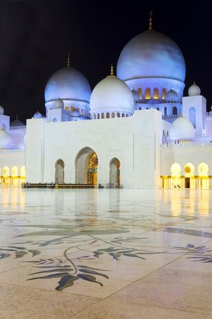 Dans La Célèbre Mosquée Sheikh Zayed D'abu Dhabi De Nuit, émirats Arabes Unis. Photo gratuit