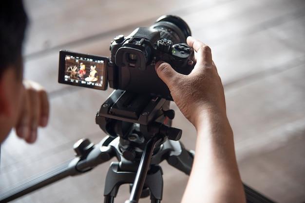 Dans les coulisses, le caméraman travaille Photo Premium