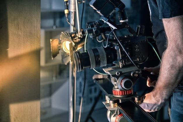 Dans Les Coulisses Du Tournage De Films Ou De Produits Vidéo Et De L'équipe De Tournage De L'équipe De Tournage Sur Le Plateau Du Pavillon Du Studio De Cinéma. Photo Premium