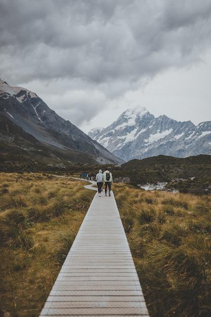 Dans Hooker Valley Track Avec Vue Sur Le Mont Cook En Nouvelle-zélande Photo gratuit