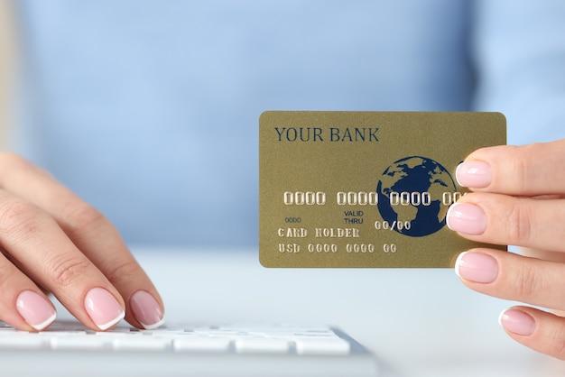 Dans La Main De La Femme En Plastique Carte Bancaire De Crédit Et Clavier. Concept De Paiement Internet Sécurisé Photo Premium