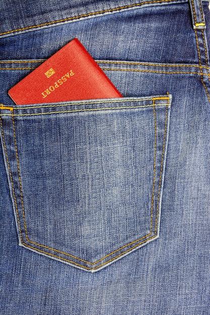 Dans une poche jean bleu foncé passeport inséré Photo Premium