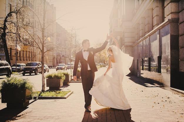Danse just married Photo gratuit