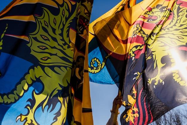 Danse traditionnelle italienne des sbandieratori, porteurs de drapeaux, font des cascades en jetant leurs drapeaux colorés dans les airs. Photo Premium