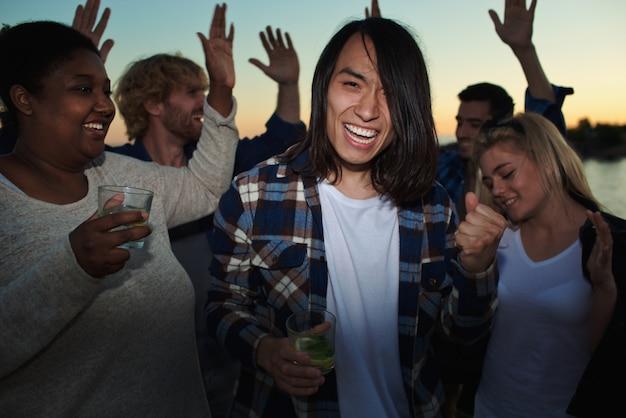Danser avec des cocktails Photo gratuit
