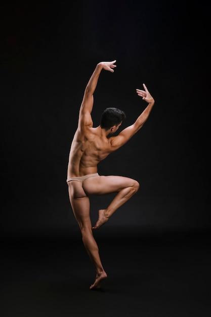 Danseur anonyme debout sur la pointe des pieds Photo gratuit