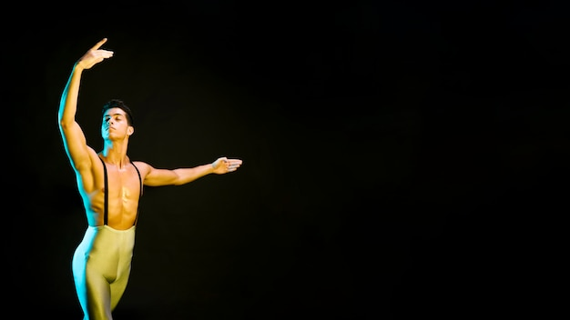 Danseur De Ballet Inspiré Se Produisant Sous Les Projecteurs Photo gratuit