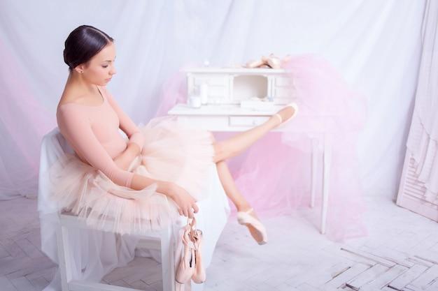 Danseur De Ballet Professionnel Au Repos Après La Représentation. Photo gratuit