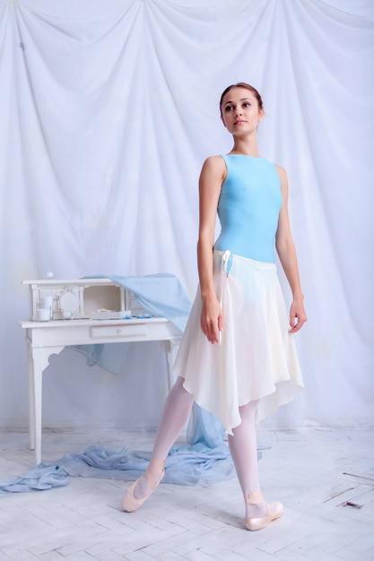 Danseur De Ballet Professionnel Posant Sur Blanc Photo gratuit