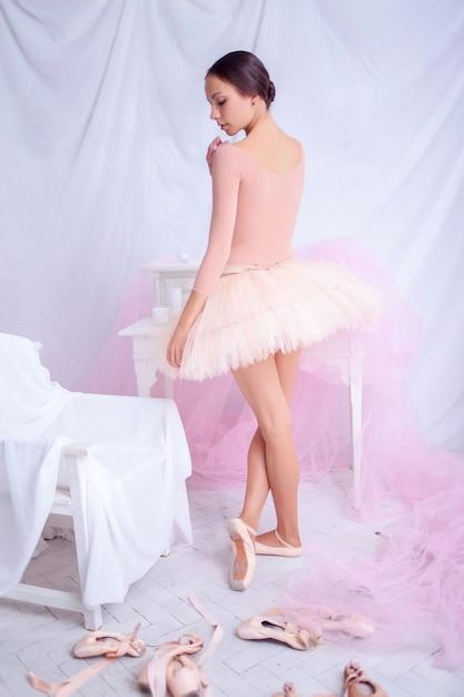 Danseur De Ballet Professionnel Posant Sur Rose Photo gratuit