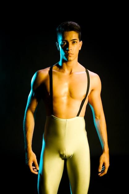 Danseur contemporain moderne debout sous les projecteurs Photo gratuit