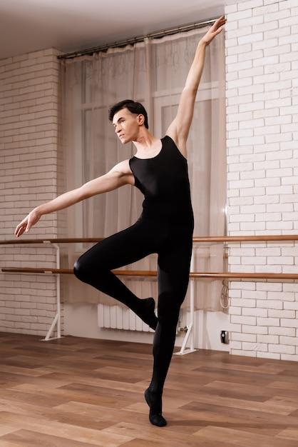 Un danseur répétant dans une classe de ballet. Photo Premium