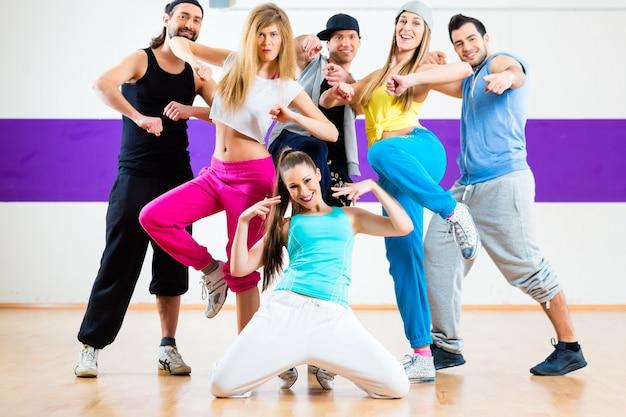 Danseur à La Zumba, Entraînement En Studio De Danse Photo Premium