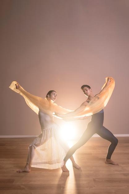 Danseurs vue de face tenant un chiffon Photo gratuit