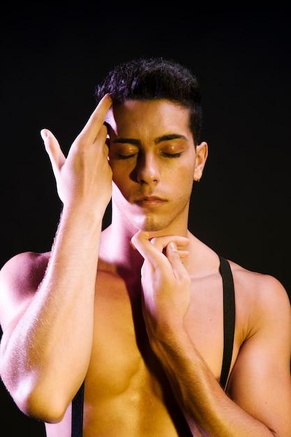 Danseuse Contemporaine Sensuelle Se Produisant Sous Les Projecteurs Photo gratuit