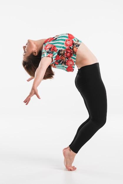 Danseuse faisant le hip-hop isolé sur fond blanc Photo gratuit