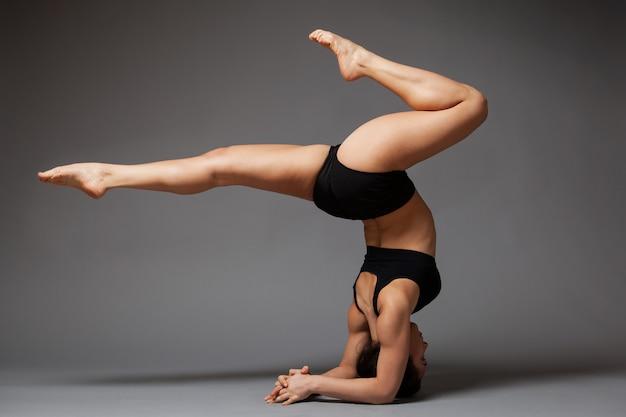 Danseuse femme effectuant poirier Photo Premium