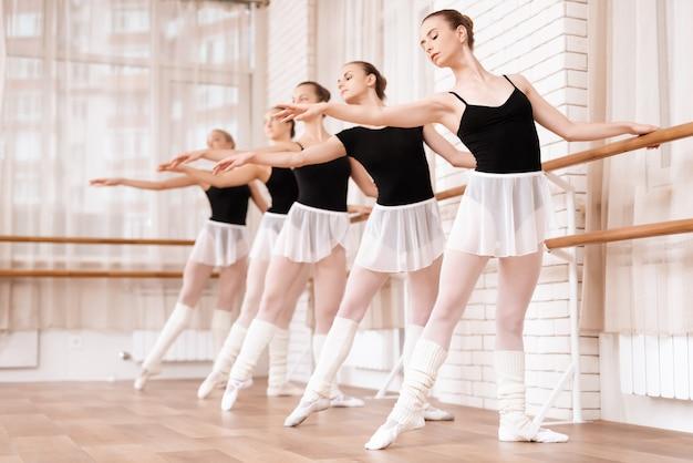 Des danseuses de ballet filles répètent en classe de ballet. Photo Premium