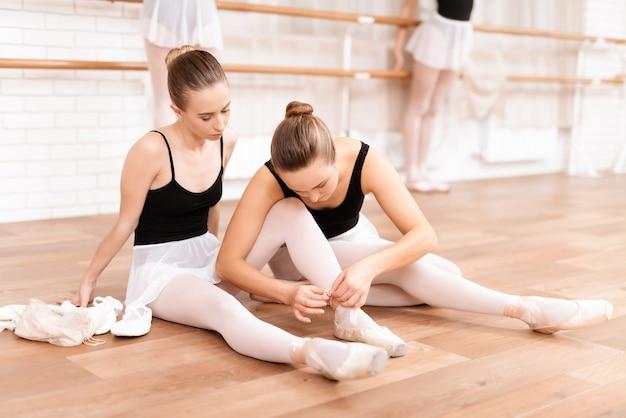 Des danseuses de ballet de jeunes filles répètent en classe de ballet. Photo Premium