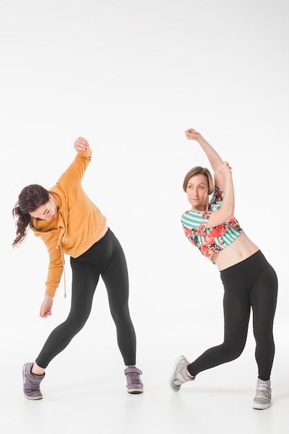 Danseuses hip-hop dansant sur fond blanc Photo gratuit