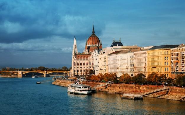 Un danube à budapest devant le parlement et le pont margaret en été Photo Premium