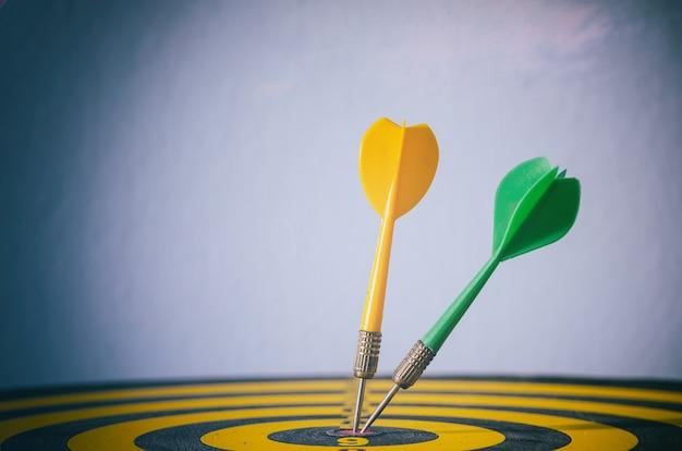 Dart à deux couleurs avec des flèches cibles, concept commercial de marketing cible. symbole de réussite ou d'objectif. Photo gratuit