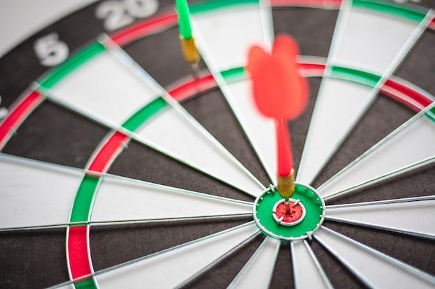 Dart hits bullseye est une cible et un objectif du marketing commercial. Photo Premium