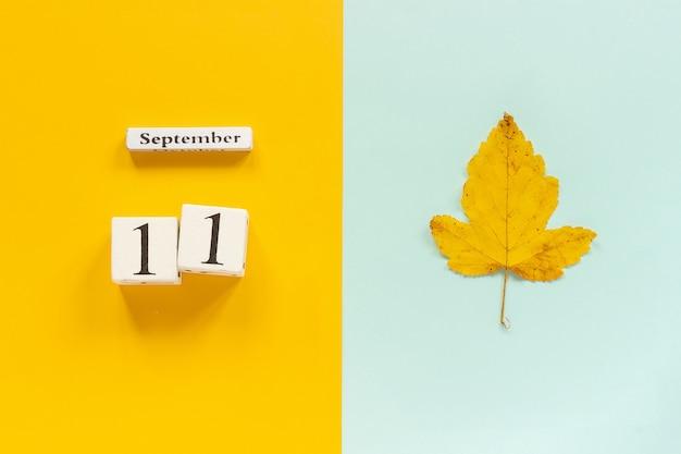 Date du calendrier et feuille d'automne jaune Photo Premium