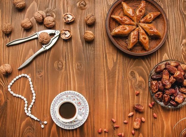 Dates, chapelets et baklava. ramadan. mise au point sélective. Photo Premium