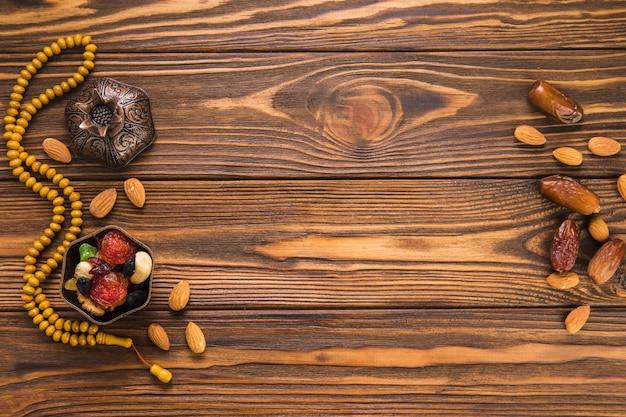 Dates fruits aux noix et perles Photo gratuit