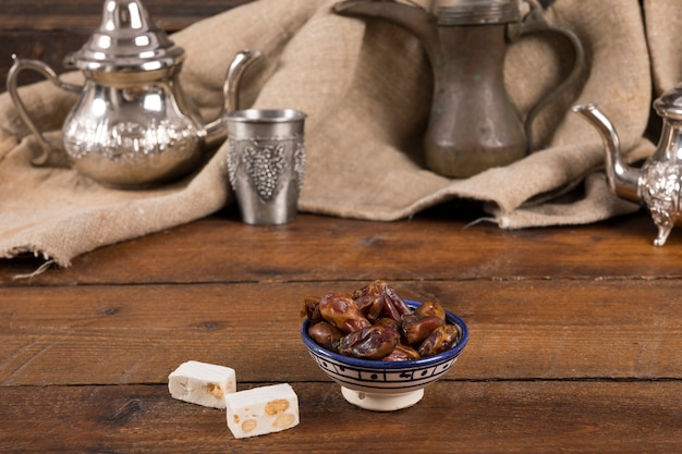Dates fruits avec délice turc sur la table Photo gratuit
