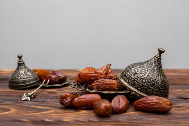 Dates fruits sur plaque sur table Photo gratuit