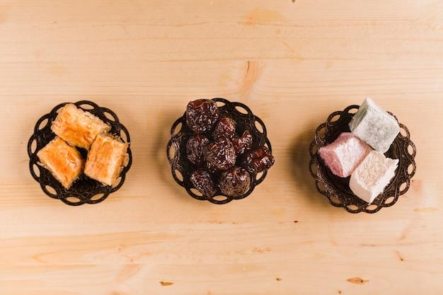 Dattes baklava et délice turc à table Photo gratuit