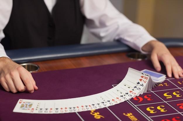 Dealer distribuant des cartes à la table de roulette Photo Premium