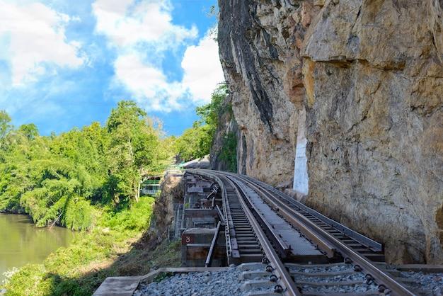 Death railway bridge sur la rivière kwai noi dans la grotte de krasae Photo Premium