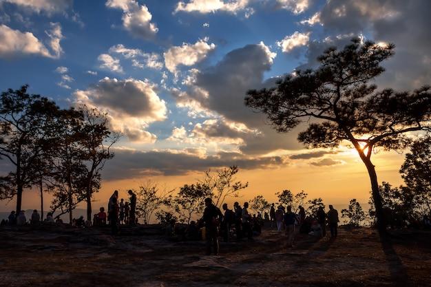 Debout vide au sommet d'une vue sur la montagne. Photo Premium