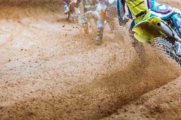 Des débris volants lors d'une accélération avec des vélos de montagne sur piste de terre Photo Premium