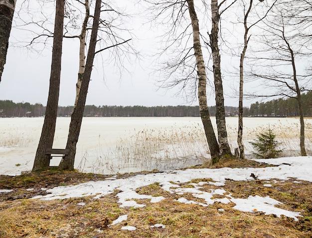 Début du printemps avec la fonte des glaces et des neiges Photo Premium