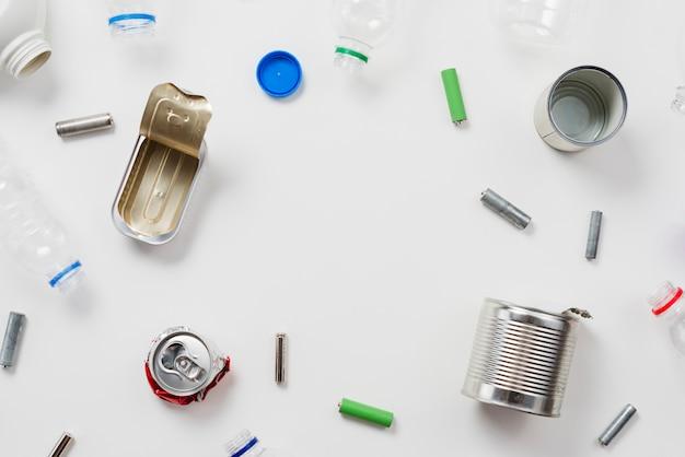 Déchets recyclables sur fond blanc Photo gratuit