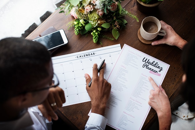 Décision du couple pour l'organisateur de mariage Photo Premium