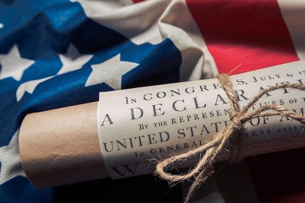 Déclaration d'indépendance des états-unis sur un drapeau de betsy ross Photo Premium