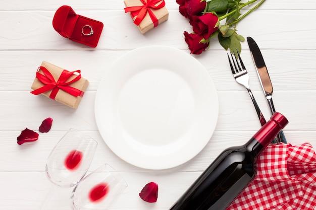 Déco plate avec assiette et couverts Photo gratuit