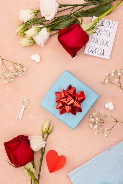 Déco plate avec boite et roses Photo gratuit