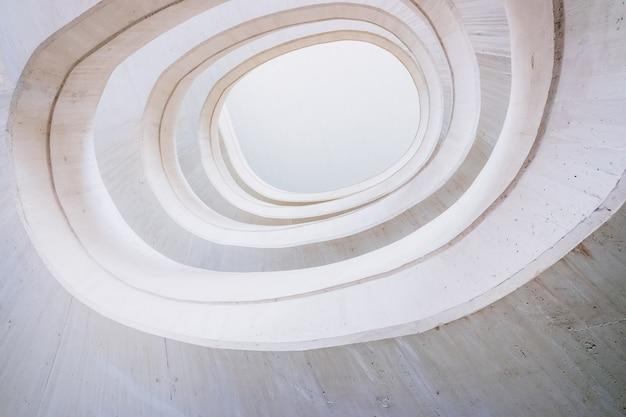 Décor architectural avec des lignes courbes de tons chauds et de couleur claire et blanche. Photo Premium