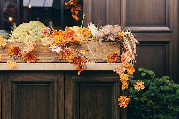 Décor D'automne, Feuilles Jaunes Et Citrouilles Photo Premium