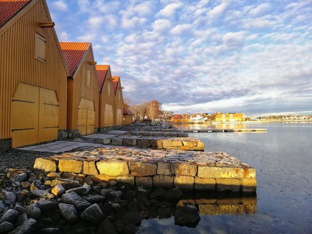 Décor De Bâtiments Autour Du Lac Sous Le Ciel Nuageux à Stavern Norvège Photo gratuit