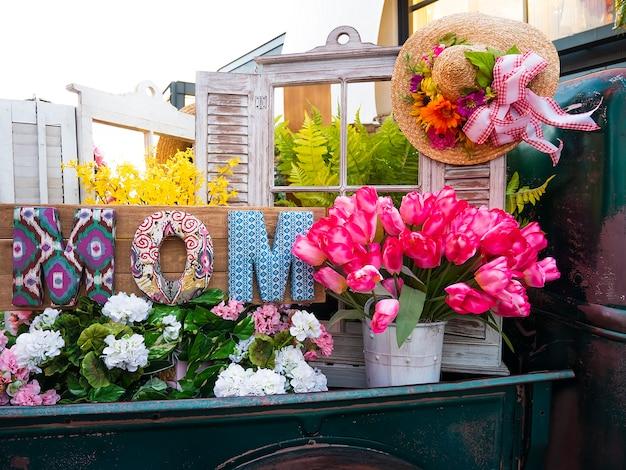 Décor en bois et fleurs pour la fête des mères. Photo Premium