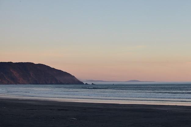 Décor D'un Coucher De Soleil à Couper Le Souffle Sur L'océan Pacifique Près D'eureka, Californie Photo gratuit