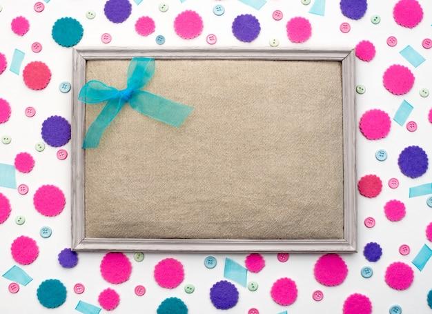Décor festif fond avec des confettis colorés Photo Premium