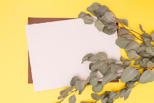 Décor feuilles séchées et carte vide Photo gratuit